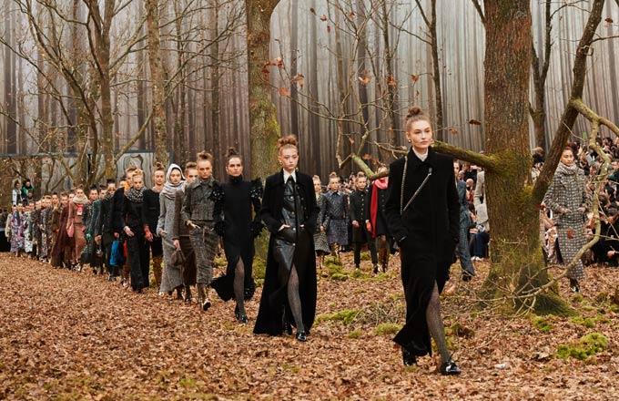 6173d8df46dc1 Le défilé de mode de Chanel dans un décor de forêt